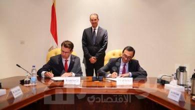 صورة وزير الاتصالات يشهد مراسم توقيع صفقة استحواذ فودافون العالمية على فودافون مصر للخدمات الدولية