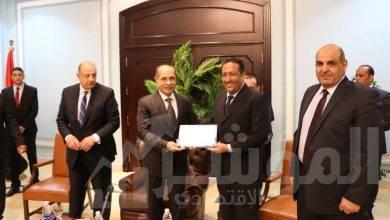 صورة ماذا قال وزير الطيران المدني في تكريم العاملين بمطار شرم الشيخ .. تعرف