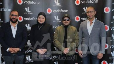 صورة فودافون توقع مع أيقونة الكوميديا فى مصر والعالم العربى محمد هنيدى