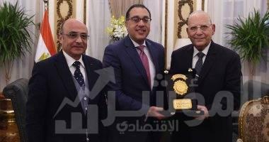 صورة رئيس الوزراء يهدى وزير العدل السابق درع تكريم