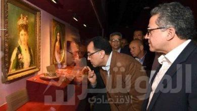 صورة رئيس الوزراء يفتتح متحف الغردقة للزوار ويجري حواراً مع بعض السائحين