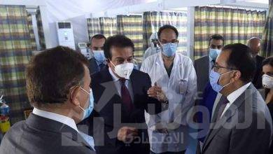 صورة رئيس الوزراء يتفقد نموذجاً لمركز المسح لإجراء التحاليل الخاصة بالكشف عن فيروس كورونا المستجد بجامعة عين شمس