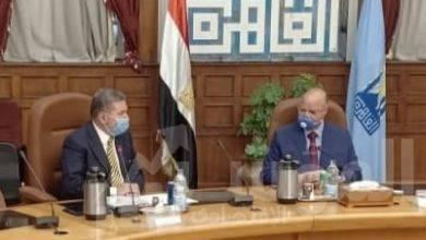 """صورة """" توفيق """" و """" عبدالعال """" يدرسان أنشاء  محطات شحن كهربائي للسيارات بالمواقف والجراجات العامة في القاهرة"""