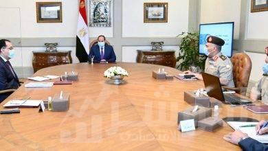 صورة السيسي يجتمع مع رئيس مجلس الوزراء، و رئيس الهيئة الهندسية للقوات المسلحة