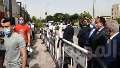 """صورة رئيس الوزراء يتفقد """"مجمع الملك فهد للغات"""" للتأكد من تطبيق الإجراءات الاحترازية بامتحانات الثانوية العامة"""
