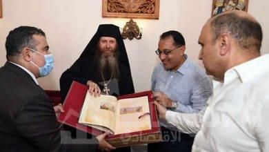 صورة رئيس الوزراء يتسلم من الأب ميخائيل وسام الدير من الطبقة الأولى للشهيدة سانت كاترين