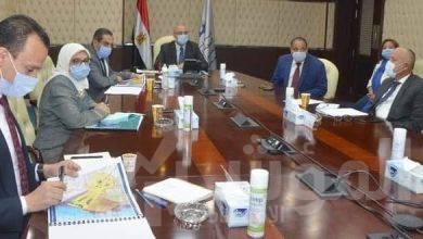 """صورة """"الجزار"""" يستعرض البدائل المُقترحة للمخطط الاستراتيجى العام واستعمالات الأراضي بمدينة السويس الجديدة"""