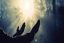 """صورة """"لا يبلغ العبد منزلة الرضا حتى يستقر في قلبه اليقين بأن عطاءات الله تجري في أشياء تُمنع عنه ✋ .. كما تأتي في أشياء تُمنح له."""""""
