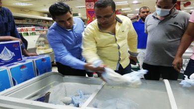 صورة إعدام لحوم وأغذية مجهولة المصدر فى حملة علي المنشآت التجارية بأسوان