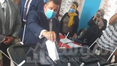 صورة وزير الدولة للإعلام يدلي بصوته في انتخابات مجلس الشيوخ
