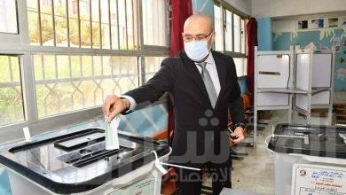 """صورة """"وزير الإسكان"""" يُدلي بصوته فى انتخابات مجلس الشيوخ بمدرسة المقطم الرسمية لغات"""