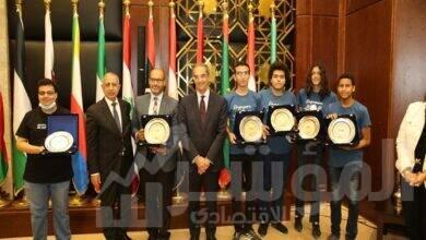 طلعت يكرم الفريق المصري الفائز بـ 4 ميداليات دولية فى الاولمبياد الدولى للمعلوماتية بسنغافورة