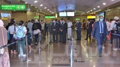صورة وزير الطيران المدني في جولة تفقدية لمطار القاهرة مع أول يوم لتطبيق شهادة الPCR