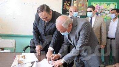 صورة محافظ الجيزة يدلي بصوته في انتخابات مجلس الشيوخ بمدرسه أم الابطال الثانوية
