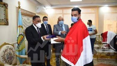 صورة محافظ مطروح يستقبل  المصريين العائدين من ليبيا