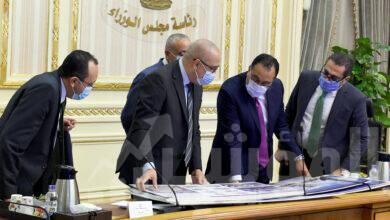 صورة رئيس الوزراء يتابع ملفات عمل وزارة الإسكان