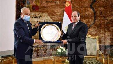 """صورة الرئيس يتسلم """"درع العمل التنموي العربي لعام ٢٠٢٠"""""""
