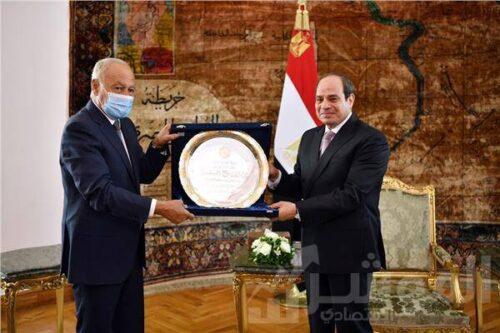 """الرئيس يتسلم """"درع العمل التنموي العربي لعام ٢٠٢٠"""""""