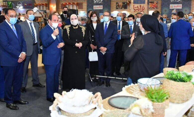 الرئيس عبد الفتاح السيسي ووزيرة الصناعة والتجارة خلال معرض «تُراثنا»