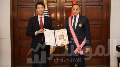 صورة سفير كوريا الجنوبية يمنح وسام استحقاق الخدمة الدبلوماسية للمهندس خالد نصير