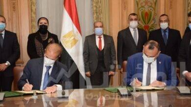 """صورة وزيرا """"التجارة والصناعة والانتاج الحربي"""" يشهدان توقيع اتفاقية تصنيع مشترك بين مصنع (200 الحربي) و (MCV) في مجال تصنيع الأوتوبيسات الكهربائية"""