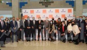 فريق عمل شركة اورنج مصر وشركة مصر للطيران للخطوط الجوية مع قيادات الشركتين في صورة جماعية بعد توقيع اتفاقية التعاون المشترك