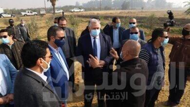 صورة وزير الزراعة ومحافظ الفيوم يتفقدان مزرعة كوم أوشيم