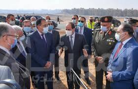 صورة الرئيس يصطحب اعضاء الحكومة من السادة الوزراء ورئيس الوزراء في جولة تفقدية داخل منطقة عزبة الهجانة