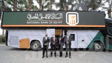 صورة الوحدة المصرفية المتنقلة للبنك الأهلي المصري تبدأ في تقديم خدماتها للعملاء