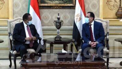 صورة رئيس الوزراء يستقبل نظيره السوداني بمطار القاهرة