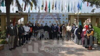 """صورة """"عبد الغفار"""" يتلقى تقريرًا حول تنظيم دورات تدريبية لأعضاء البعثات العلمية"""