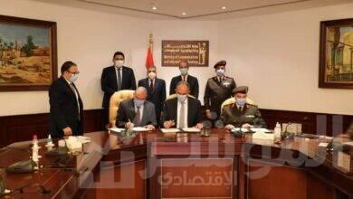 صورة وزير الاتصالات ورئيس هيئة قناة السويسيشهدان توقيع عقد اتفاق لإنشاء مسار كابلات الألياف الضوئية بطريق المرشدين