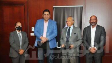 """صورة """"المصرية للاتصالات"""" و""""أبطال العاشر من رمضان"""" توقعان اتفاقية تعاون لإنشاء شبكة الاتصالات بالقرية"""