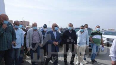 صورة وزير النقل فى جولة تفقدية لمتابعة مشروع تطوير الصعيد الصحراوي الغربي