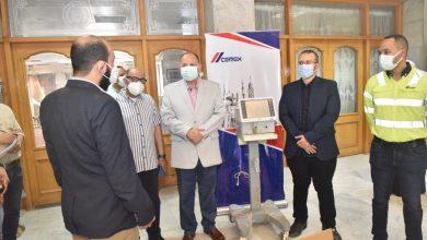 صورة محافظ أسيوط يشهد تسليم جهازين تنفس صناعي مقدمة من شركة سيمكس