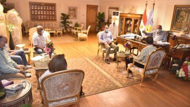 صورة محافظ أسيوط يناقش الموقف التنفيذى لخطة الرصف وصيانة الطرق بنطاق المحافظة