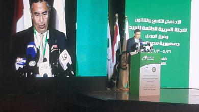 صورة رئيس البريد يهدي  وزير الاتصالات جائزة التميّز الرقمي كأفضل مؤسسة بريدية عربية فى التحول الرقمي