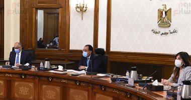 صورة رئيس الوزراء يستعرض مع محافظ البنك المركزي المبادرات الموجهة لدعم القطاعات الاقتصادية المختلفة