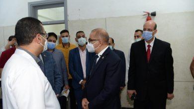 صورة رئيس جامعة أسيوط يتابع تطعيم طلاب الجامعة باللقاح المضاد لفيروس كورونا