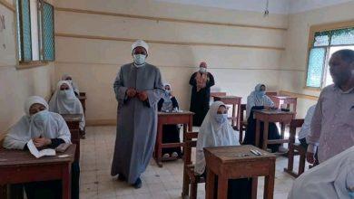 صورة رئيس الإدارة المركزية لمنطقة أسيوط الأزهرية يتابع سير امتحانات الثانوية
