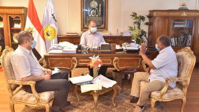 صورة محافظ أسيوط يلتقي وكيل وزارة التموين للاطمئنان على انتظام توريد القمح وتوافر السلع