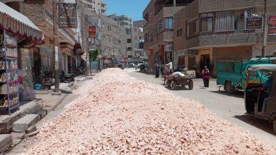 صورة استكمال اعمال الرصف بقري القوصية في أسيوط