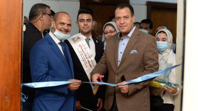 صورة نائب رئيس جامعة أسيوط يشارك طلاب الاتحاد فعاليات افتتاح معرضهم الخيري الرقمي