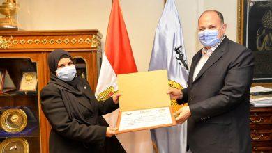 صورة محافظ أسيوط يكرم وكيل وزارة الزراعة بالمحافظة لجهودها المميزة