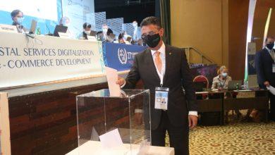 صورة رئيس البريد المصري يدلي بصوته في انتخابات اتحاد البريد العالمي بأبيدجان