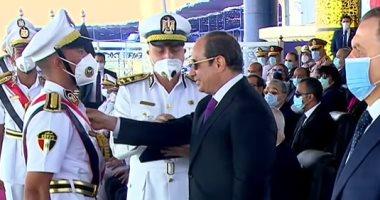 صورة الرئيس السيسى يكرم أوائل كلية الشرطة دفعة 2021