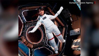 صورة باربي رائدة فضاء تطفو في رحلة بلا جاذبية.. إليكم السبب