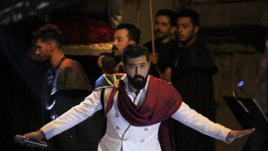 صورة دخل إلى المسرح محمولًا على طريقة الأباطرة.. سيف نبيل يثير الجدل في جرش