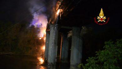 صورة حريق يدمر جسر الصناعة التاريخي في روما الذي يعود تاريخ بنائه إلى 1863