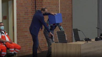 صورة شاهد لحظة وصول حارس نازي عمره 100 عام الى قاعة محاكمته في ألمانيا